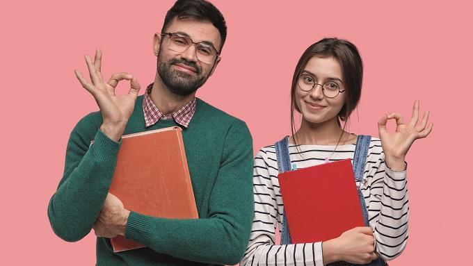 Mann und Frau mit Büchern