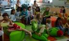 Kinder bei einer Vorlesestunde in der Stadtbibliothek