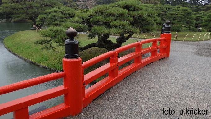 Brücke und Baum in japanischem Garten Foto Ulrike Kricker